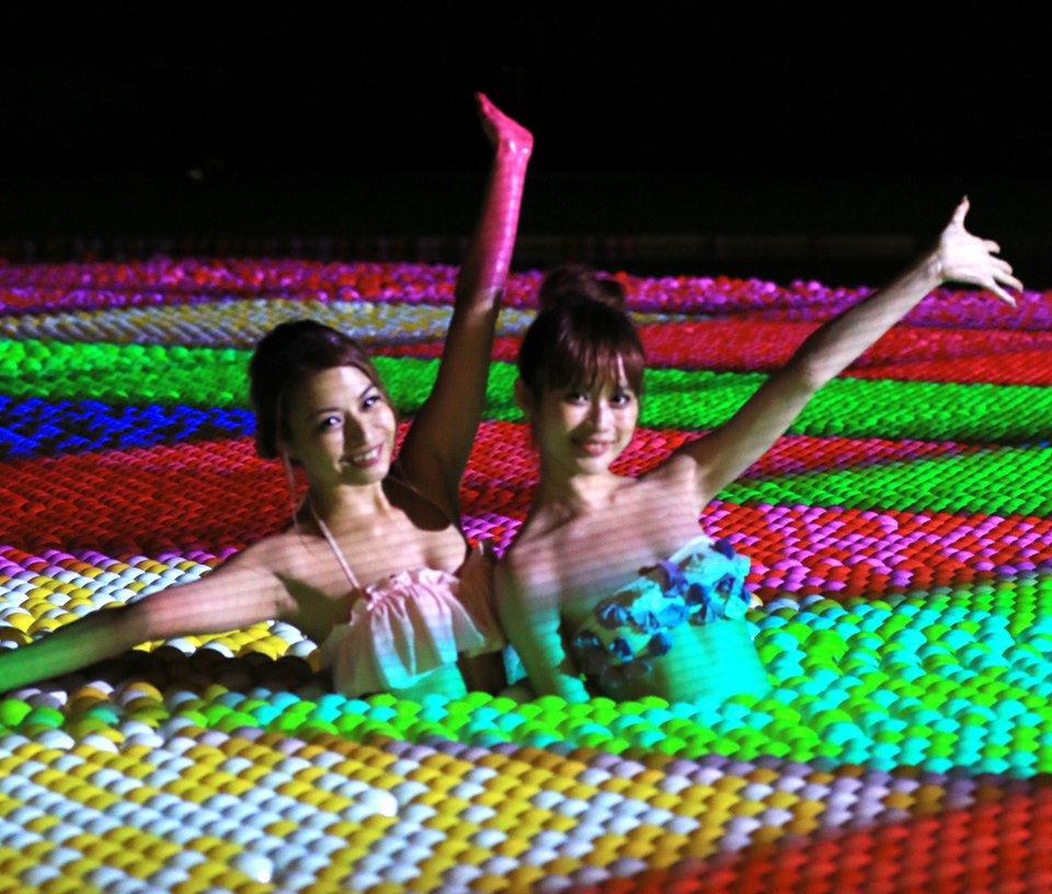【開催中】大阪城公園の屋外ウォーターパーク、カラーボールを浮かべたナイトプールも新登場 fashio…