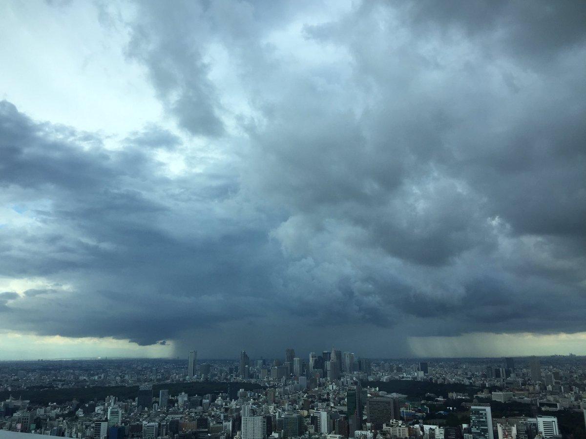 14時頃、北西の空に雨の柱が出現しました