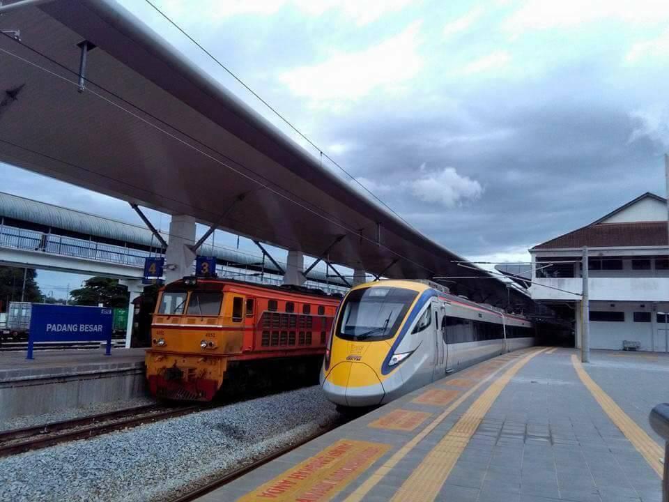 สถานีรถไฟปาดังเบซา ประเทศมาเลเซีย  เมื่อรถไฟไทย จอดคู่กับรถไฟ ประเทศมาเลเซีย  . . . . . สั้นๆ...คลาสสิค  555+ https://t.co/uW9N6IT9xo