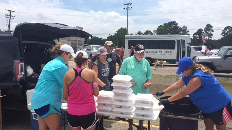 Enjoyed cooking & giving out 150 meals & over 200 drinks to responders & impacted residents of #BatonRougeFlood https://t.co/uZtMYYbX2E