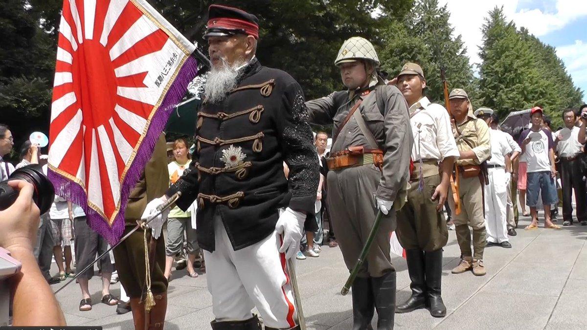8月15日だけでなく、普段の休日でも汚い野戦服を着て靖国神社の境内を歩いてる。「軍装隊」とか呼ぶらしい。「オカシイからやめろよ」と言っても、「何で ?俺の勝手だろ」という感じ。彼らの感性は普通の日本人と違う。この格好で電車にも乗る。 https://t.co/KOF2qXRtXZ