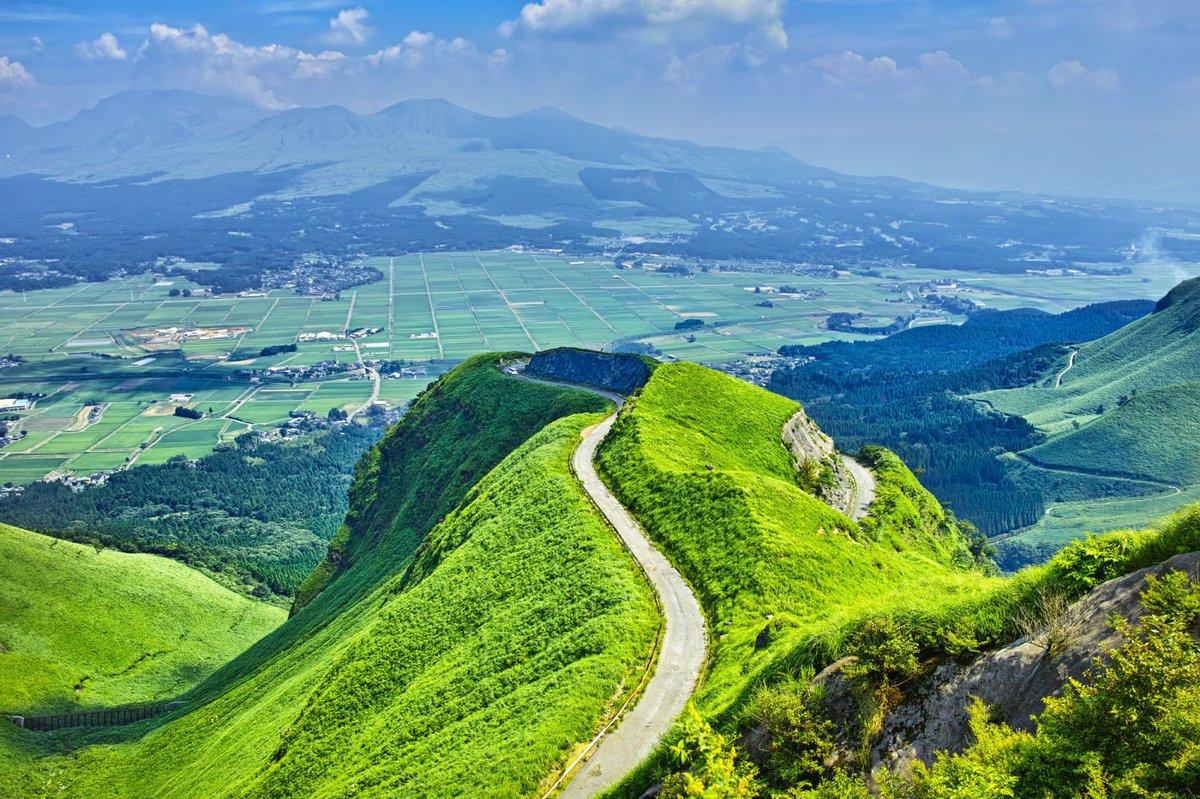 ラピュタの道【熊本県】阿蘇外輪山から阿蘇カルデラへ、くねくねと曲がりながら降りて行く狭い急坂は、雲海が生まれれば天上界と