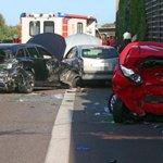 Ein Toter, sieben Verletzte | Land Rover schiebt vier Autos in Stauende