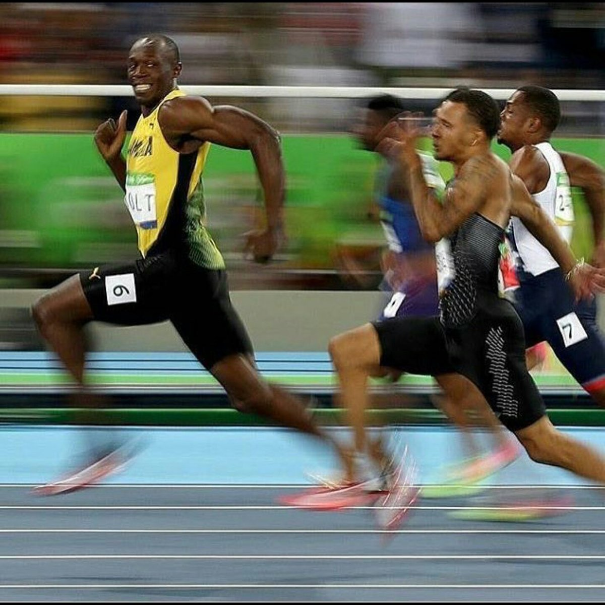 Usain Bolt takes second to pose. Then asks cameraman 2 send a copy. Then gives out email addr. Then wins race. #Bolt https://t.co/Hj6irh3GaQ