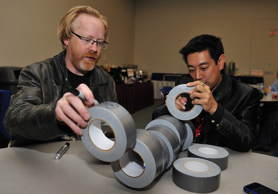Remembering that time I made @donttrythis & @grantimahara autograph rolls of duct tape - LOL #SDCC2009 https://t.co/Ymc9yMVVfH