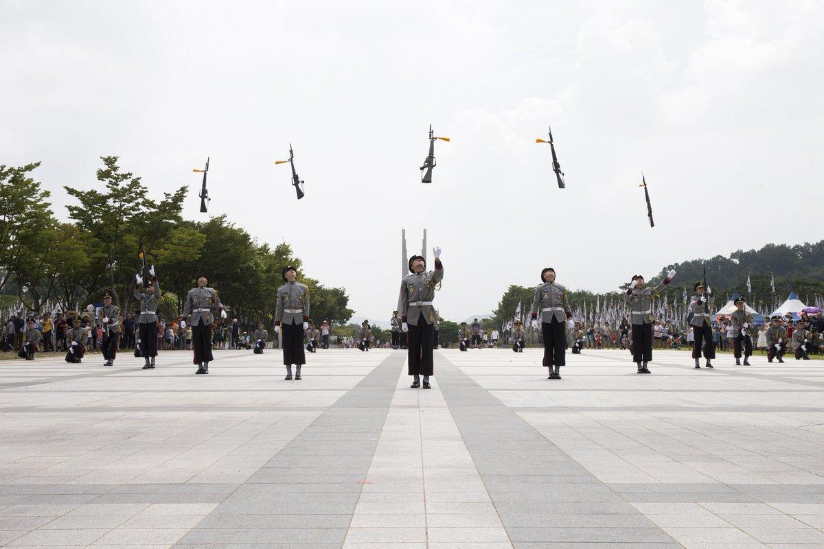 71주년 광복절을 맞아 독립기념관에서 펼쳐진 육군 군악의장대와 김재중 상병(영웅재중)의 멋진 공연! 최고 실력의 의장시범과 독립군가, 진군의 북소리 등 모두가 함께 광복의 의미를 되새기는 좋은 시간이었습니다. https://t.co/dTw5eaXr3V