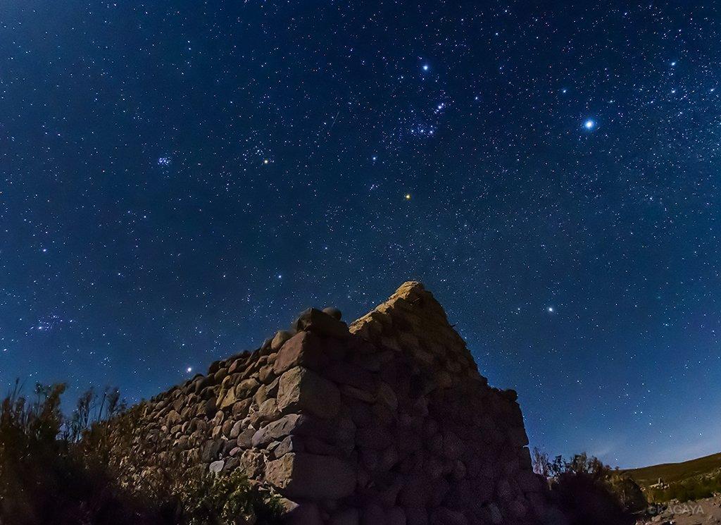 以前の写真より、アンデスの標高3700mにて、 インカの古民家遺跡と逆さまのオリオン。 今日もお疲れ…