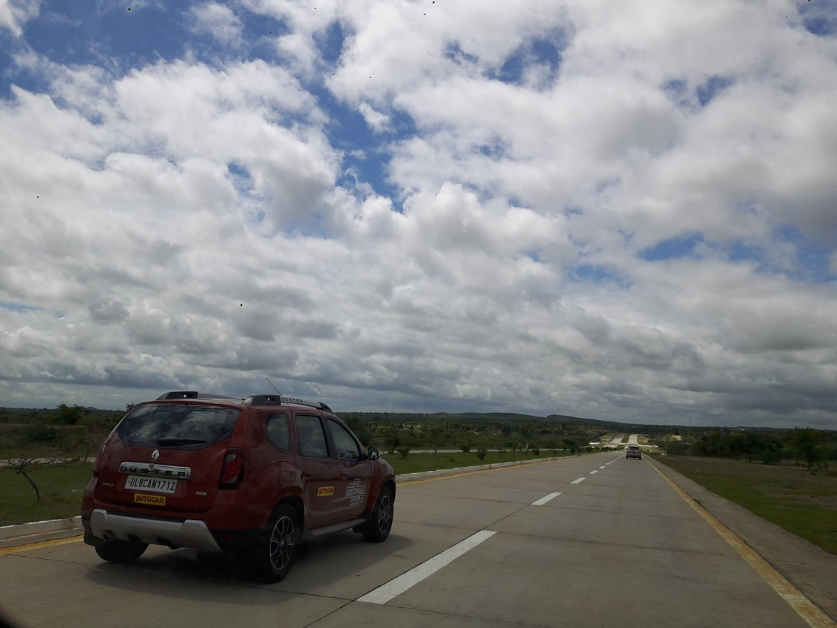 Stretches and stretches of open empty highways enroute Bago. Felt like we were alone! #Dusterdrive @theroadtripper https://t.co/oJY3bQaCF9