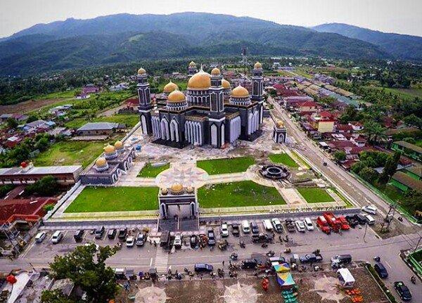 Masjid Agung At Taqwa Kutacane, Aceh Tenggara, berdiri megah di kaki Gunung Leuser #JumatBerkah https://t.co/jAHFreTqHj