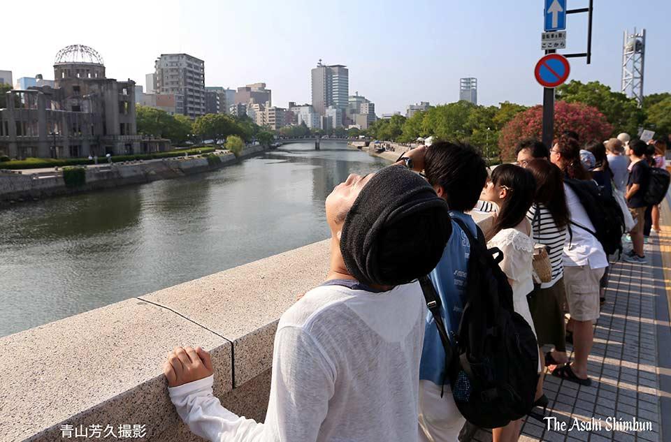 t.asahi.com/juhg 原爆の投下目標にしたとされる広島市の相生橋で5日午前8時15分、若…
