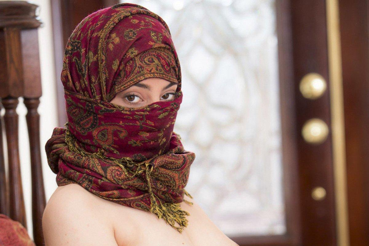 Nadia ali, égérie du hijab porn malgré les menaces de mort