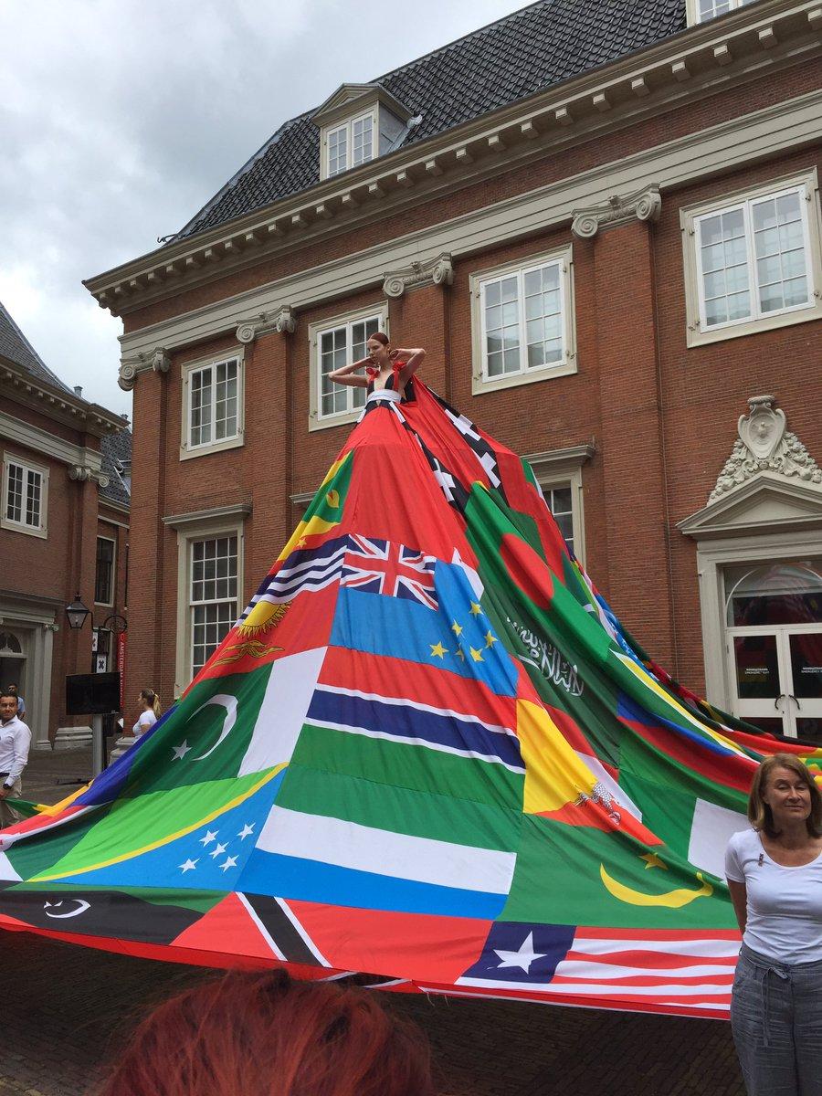 Wow! De Amsterdam Rainbow Dress! #GayPride vlaggen waar homoseksualiteit verboden is @AmsterdamMuseum @COCAmsterdam https://t.co/y24WEv6PkB