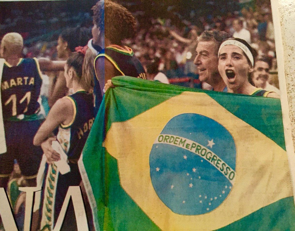 Nossa bandeira, símbolo que carregamos na batalha de ser mulher e fazer esporte com paixão e dedicação. #Rio2016 https://t.co/4QLpaS7R0Z