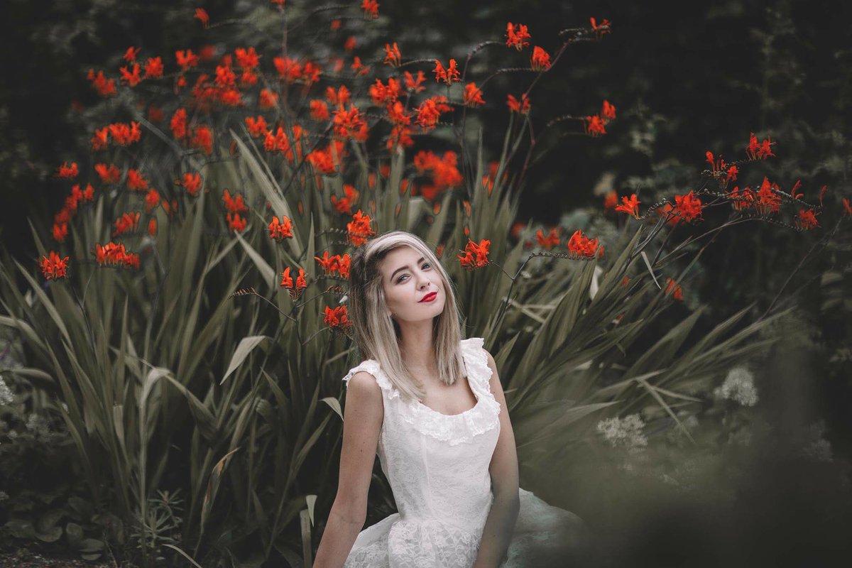 More of @Zoella looking like an angel amongst the prettiest darn flowers I've ever seen! She rocks a red lip