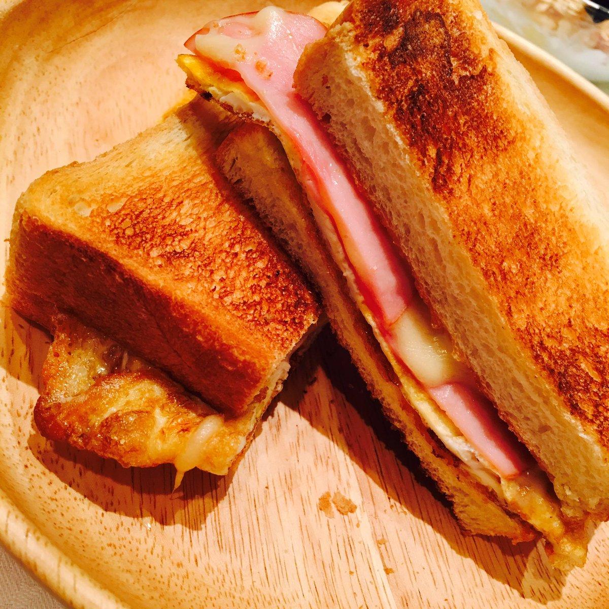 今日は朝から撮影(^O^) パンにマーガリンとマヨネーズを塗り、チーズと卵、とろけるチーズを挟んで出…