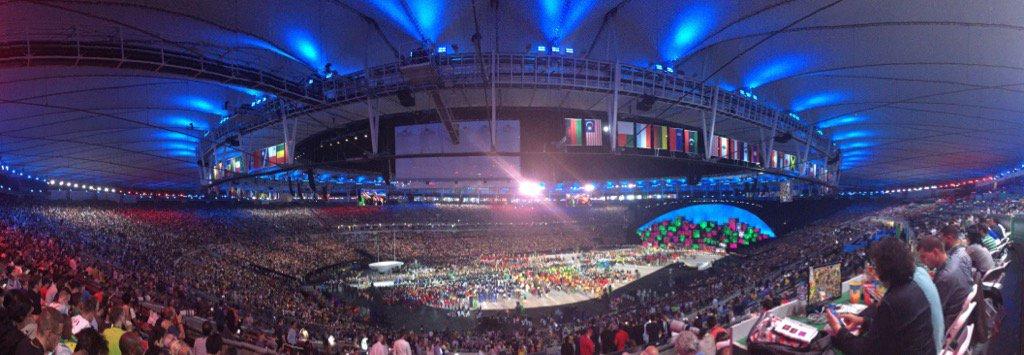 Maracanã pendant le défilé des Bleus #OpeningCeremony #Rio2016 https://t.co/MVTO7qOrjU