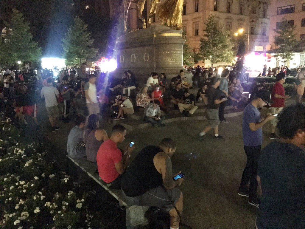 Okay this is legit amazing. 10.30pm at Central Park. Hundreds and hundreds of people hunting for Pokemon. https://t.co/EhlUVw7RNn