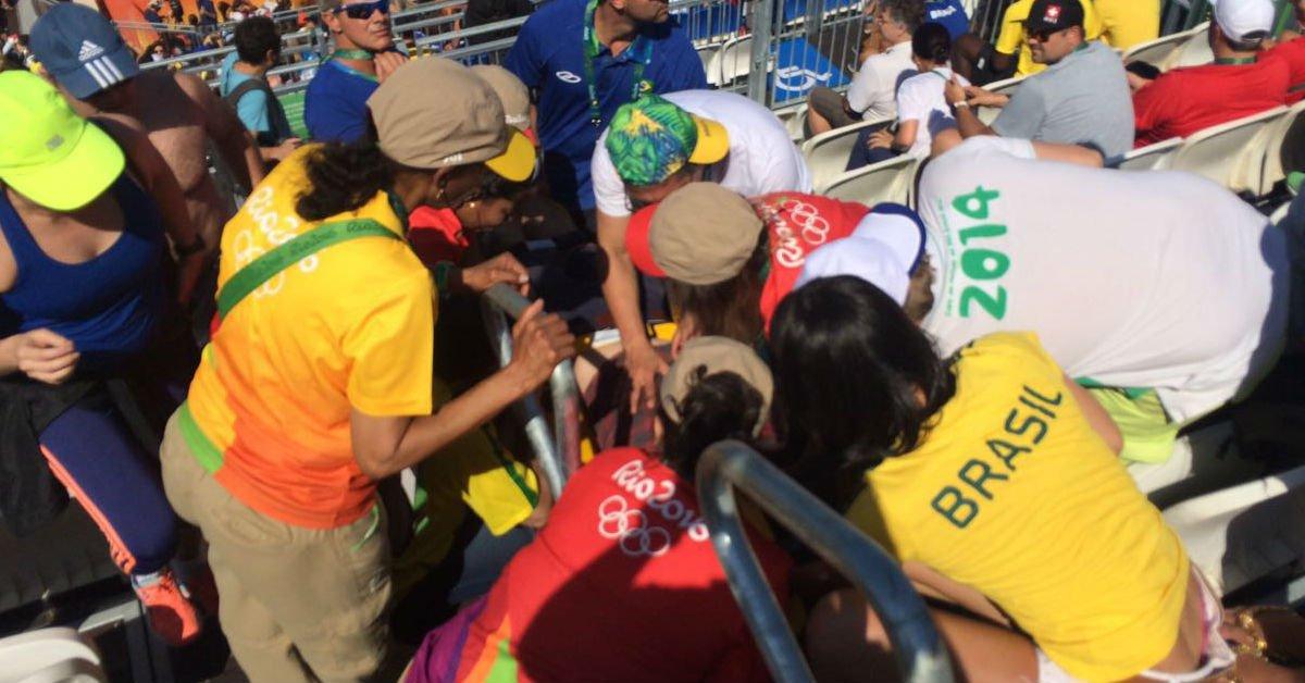Sob forte calor, repórter da BBC sofre convulsão na Arena de Vôlei de Praia #Rio2016