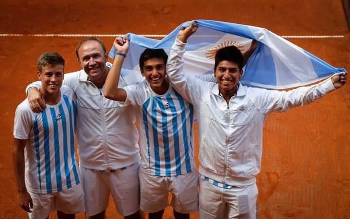 ¡#ARG, campeona del Mundo! Los Sub 14 @sdlafuente, @RomanBurruchaga y @MamaniTenis1 vencieron a China por 2-0. https://t.co/HjOo50bAka