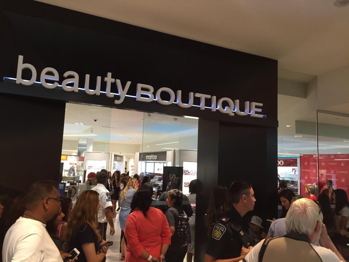 Crowds gather at #ShoppersDrugMart #SquareOneMississauga to meet @iisuperwomanii #smashbox https://t.co/NT7BgDyEWp