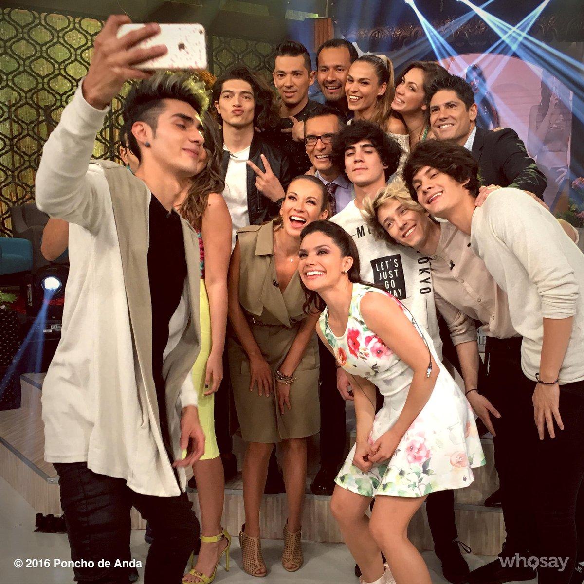 El selfie de despedida #CD9enVLA @cd9 @VengaLaAlegria #Detrasdecamaras https://t.co/LkQrwqjKMs