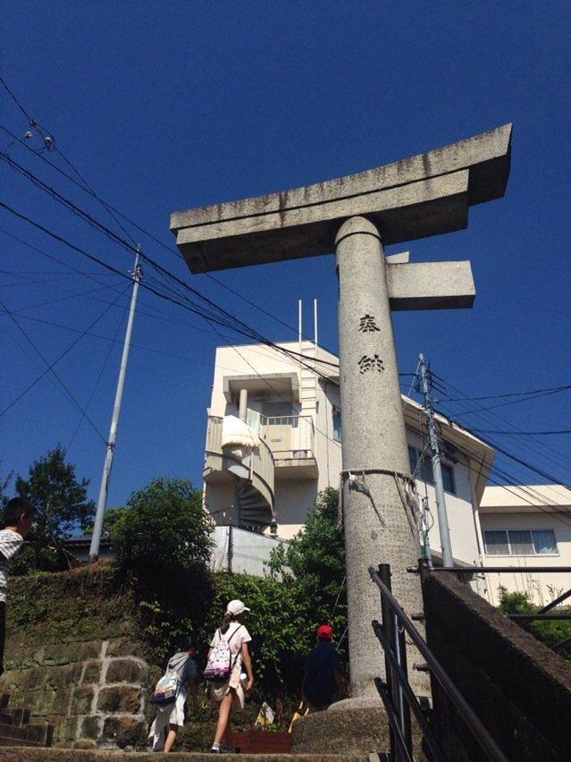 長崎・浦上、通称「片足鳥居」。爆風で柱を一本吹き飛ばされこの姿に。 https://t.co/rtMhNrTwKN