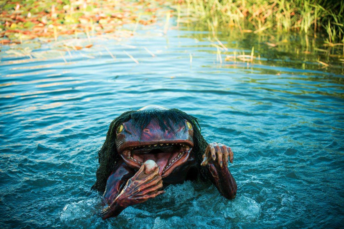 池から現れる河童がリアル過ぎると、最近注目を浴びているのが兵庫県・福崎町の「辻川山公園」。見れば見るほど、ほんとリアルですがだんだん可愛く見えてきます(笑)春からはフライング天狗も登場して、ますます妖怪天国化に拍車がかかっております https://t.co/VWtvHTOmuy