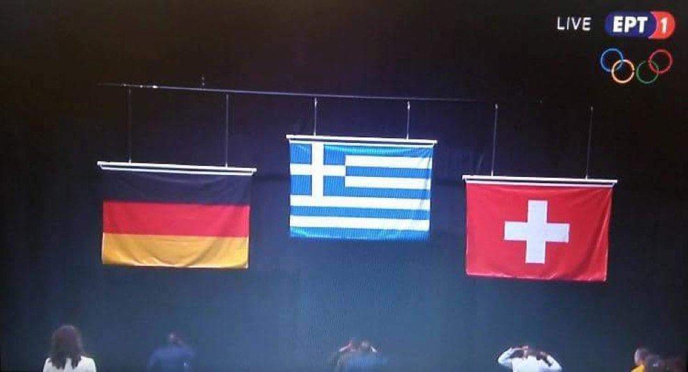 Αριστερά οι μιζαδόροι, δεξιά  οι ξεπλυματίες και η Ελλάδα για πρώτη φορά από πάνω. Ό συμβολισμός τηε εικόνας... https://t.co/mD1tdzh7P2