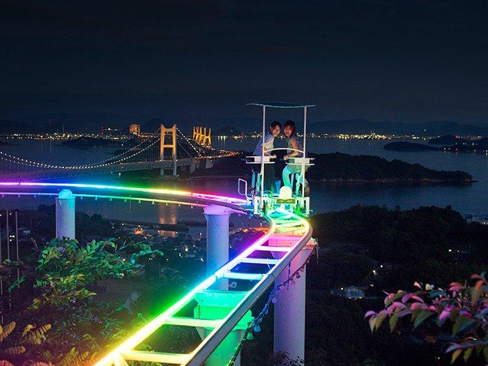 【期間限定!スカイサイクルがレインボーに輝く!】 『鷲羽山ハイランド』で一番こわい乗り物…ともうわさされるスカイサイクルが日没後から虹色に輝き、ミラーボールが光るなど、ムード満点に。 https://t.co/tsLremWI87 https://t.co/MkkS7Rzk0v