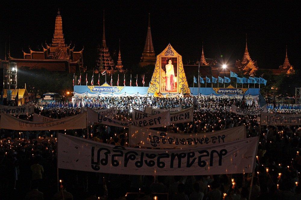 明後日8/12(金)は王妃誕生日☆彡タイ全土が、深い尊敬と敬意をもって祝い、建物には美しい飾り付けします(*^∀゚)タイではこの日が「母の日」にあたり、王妃を敬うのはもちろん、母親や家族に特別な思いを寄せる日でもあります(*´∀`) https://t.co/I1bNq9G5m6