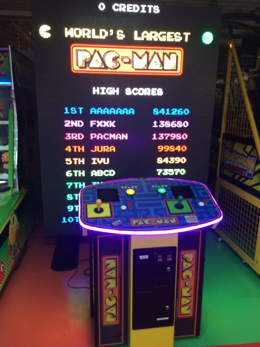 札幌エスタのナムコゲームセンターにて発見。巨大パックマン。一部液晶が壊れていたが3面くらいまで遊べたので満足。発見時はテンション爆上がりだった。 https://t.co/wcIPUNFeYK