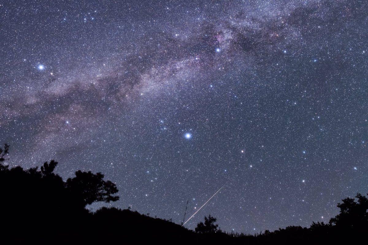 栗駒山に突き刺さるペルセウス群の流星。火球バンバン飛んでます。 https://t.co/KripI3aoYa