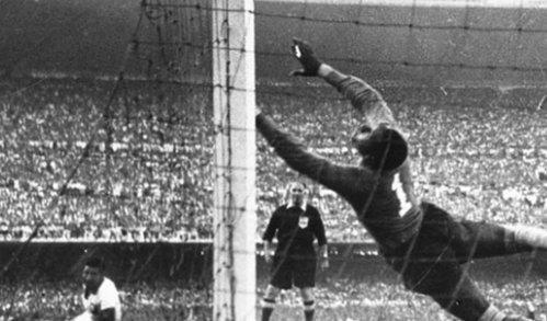 عند صافرة نهاية كأس العالم ١٩٥٠المقام بالبرازيل انتحر رجل وأصيب ٣ بجلطة قتلتهم بسبب قهرهم من هزيمة البرازيل بأرضها! https://t.co/p3SMIXDmoL