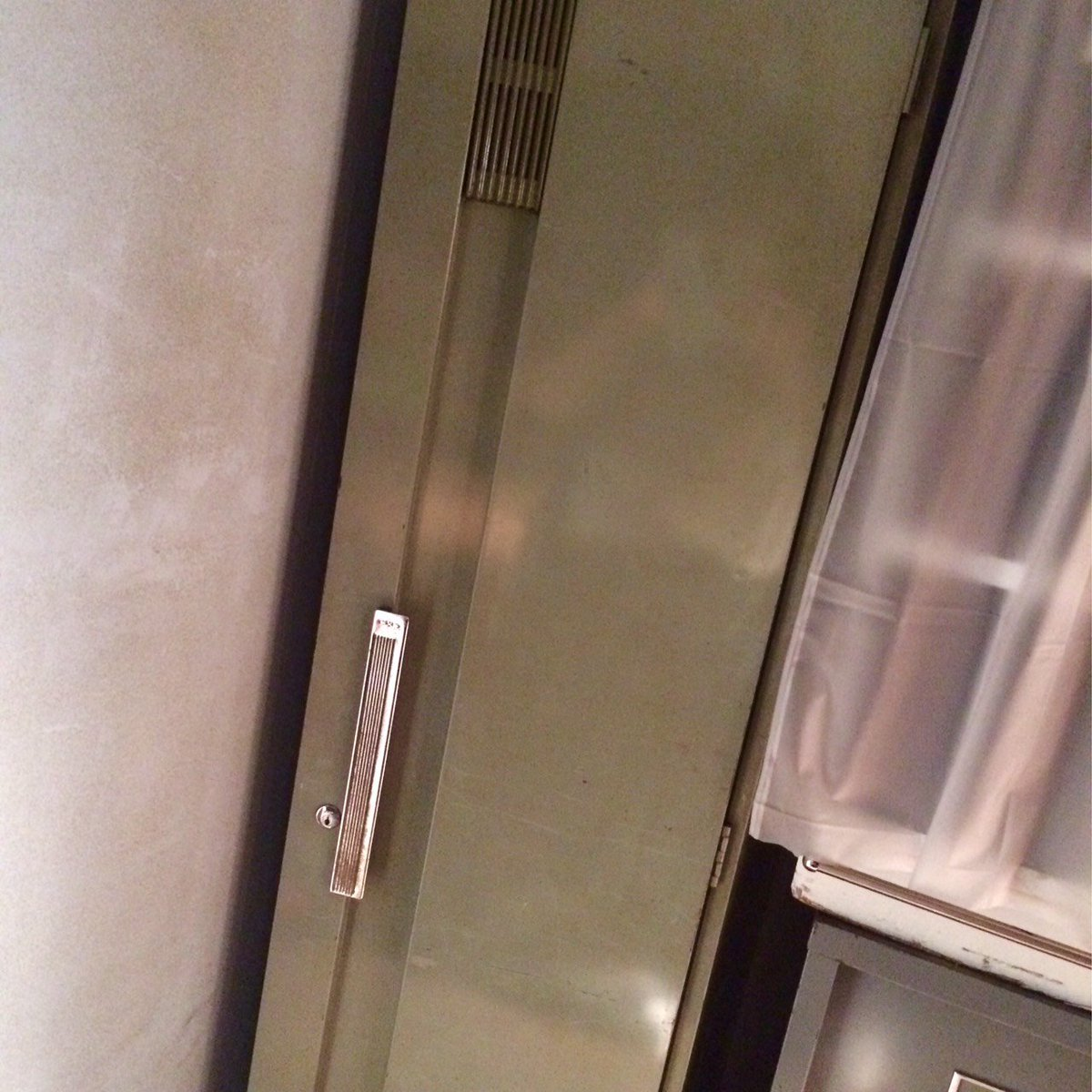 この写真は未来に帰る前に翔平が理科準備室で隠れていたロッカーです。2016年の夏はもう終わりますが、いつかどこかの未来の