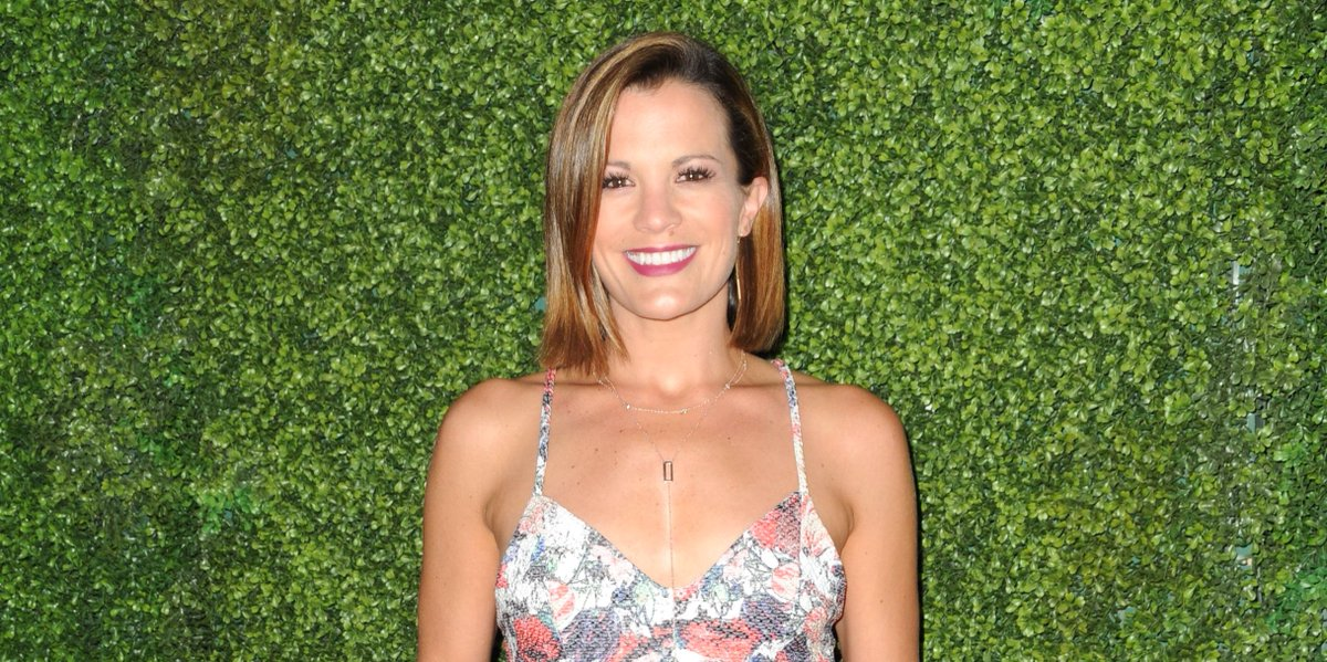 IT'S PHONE A FAN FRIDAY! RETWEET for a CHANCE to win a phone call from @MClaireEgan #YR https://t.co/r6xBtsOspl