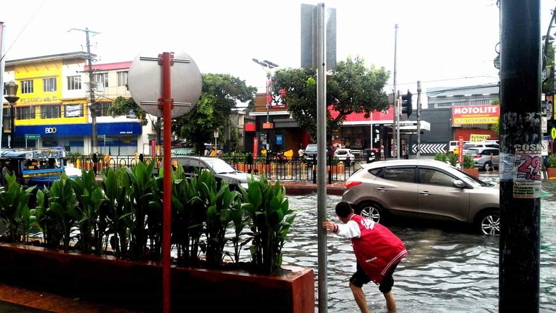 LOOK: Kasalukuyang sitwasyon sa España cor., Maceda, Sampaloc, Manila | Patroller Czar Patrick Ebesate. https://t.co/gJ0vvxwwIl