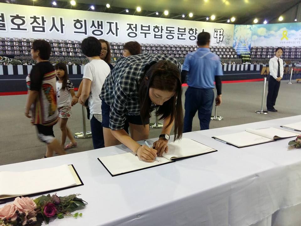 세월호참사 희생자 정부합동분향소를 찾은 김연경 선수. 망각은 힘이 세고 기억은 더 힘이 세다. https://t.co/Q9gcqEnpOR