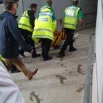 Seorg penyokong Man Utd , Patah kaki selepas terjatuh ketika meraikan jaringan last minit Rashford tadi https://t.co/ygUxb0bmLu