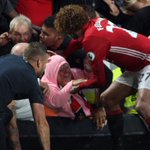 Well done Fellaini for helping out a lady in the #MUFC crowd after fans spilled over the barrier celebrating!#HULMUN https://t.co/hDvA9b1jk2