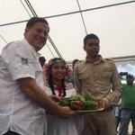 Con alegría los pobladores de Alto de Piedra en Santa Fe de Veraguas reciben al Pdte. @JC_Varela. #ReforestaPanamá https://t.co/57ZekSBbJF
