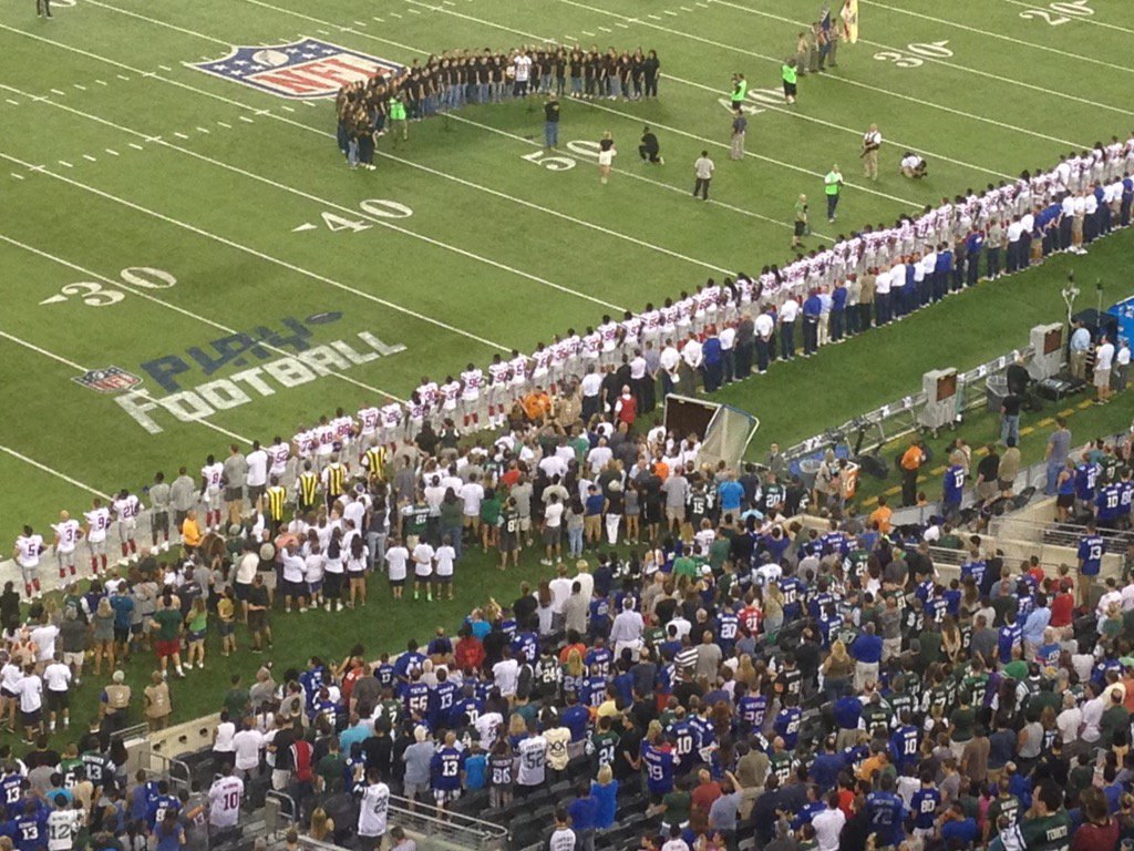Pretty deliberate sideline for the Giants during the anthem tonight. All players and staff standing. https://t.co/5iqUJp4eqQ