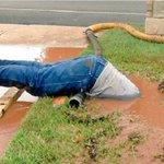 【使命感】泥水に潜って配管修理 職員の姿に賞賛の声…米 https://t.co/WKucPPQ1Fh Coxさんは「この写真がこんなに注目されるなんて、信じられません。配管の仕事では、皆やっていることですよ」と謙遜している。 https://t.co/j2sRunfoHd
