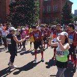 今年もゴール地点でのフィニッシュテープやお水を渡すお手伝いをさせて頂き、ランナーの皆様の充実感溢れる笑顔に元気を頂きました!ありがとうございました! #北海道マラソン (尚、フルに迷い込んだ選手は18㎞走って戻ってきました。笑) https://t.co/cuZmxm7pVX