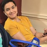 YANG TATAA, @aldenrichards02 YELLOW colors lang ba nasa Wardrobe mo? O iba na stylist mo? I wont judge @mainedcm 😉 https://t.co/5dSWtD4yk5
