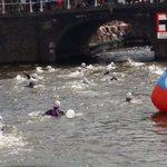 En daar gaan de eersten met @mvdweijden voor @SwimtoFC015 ik mag om 14.15 uur het water in https://t.co/6s1KRUeHkb
