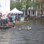 De zwemmers gaan het water in. Succes! #swim015 https://t.co/kO8abfZ3Ag