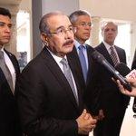 Presidente @DaniloMedina acudió a la Funeraria Blandino a ofrecer sus condolencias a familiares de Hatuey De Camps. https://t.co/rtU9leFfrK