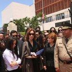 Lucía Medina entrega la Bandera a la esposa de Hatuey De Camps, Dominique Bluhdorn. #CDRindeHonoresHatueyDeCamps. https://t.co/314qfYvbTM