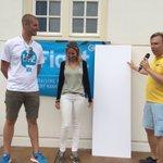 Jeroen de Bruin van Jumbo reikt de cheque van de kidsswim uit #swim015 5887,85 euro! https://t.co/8flASOj657