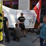 Die #Identitäre Kundgebung nahe der #UETD-Zentrale in 3 Bildern: Hitze, Langeweile, 1 verkehrtes Transpi... #blockit https://t.co/hcNOl6a3Ph